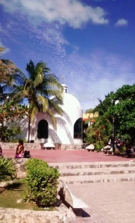 Plaza frente a la Playa Pública